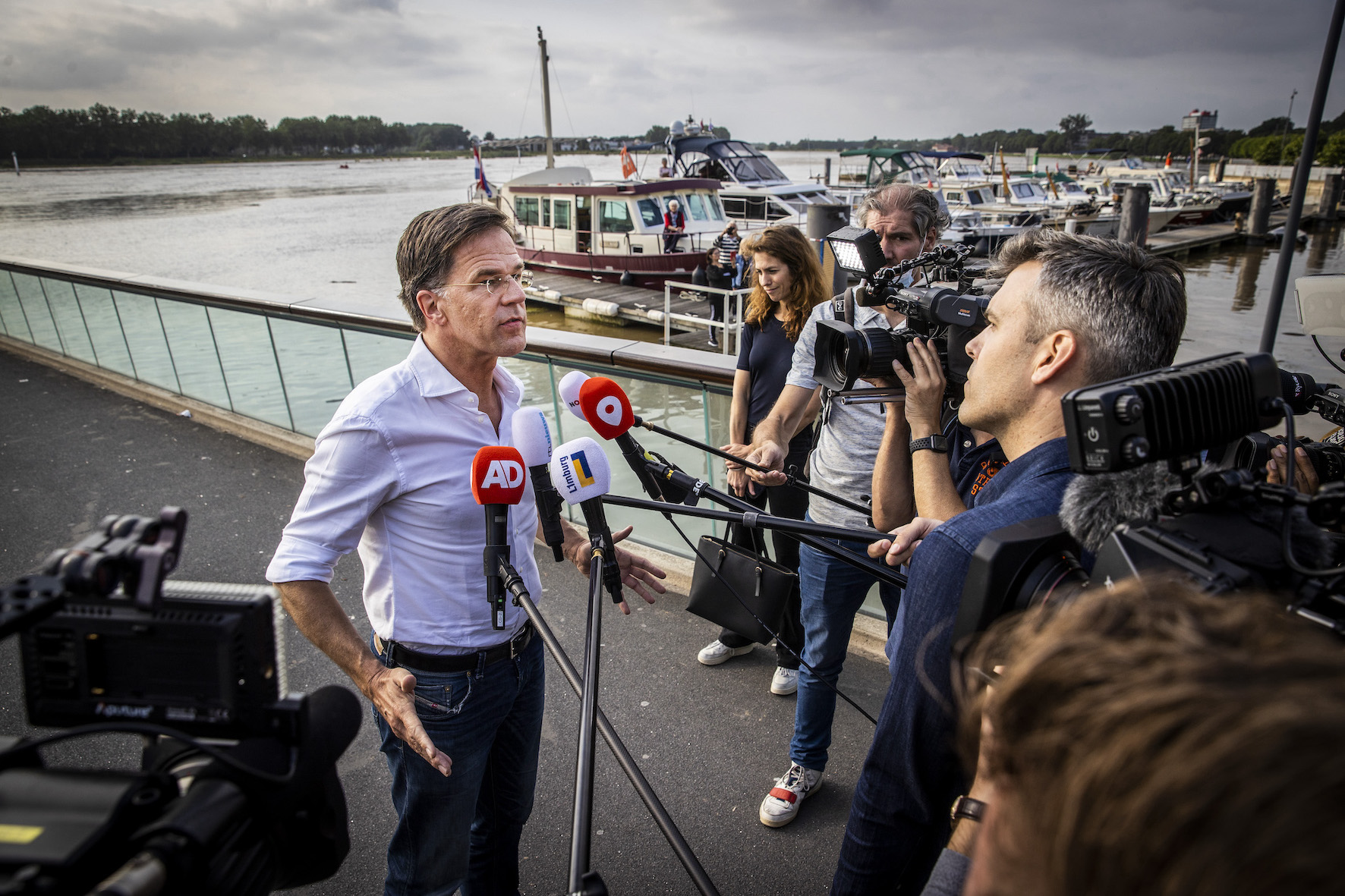 Demissionair premier Mark Rutte staat de pers te woord waaronder Omroep Venlo (Foto Vincent Jannink)